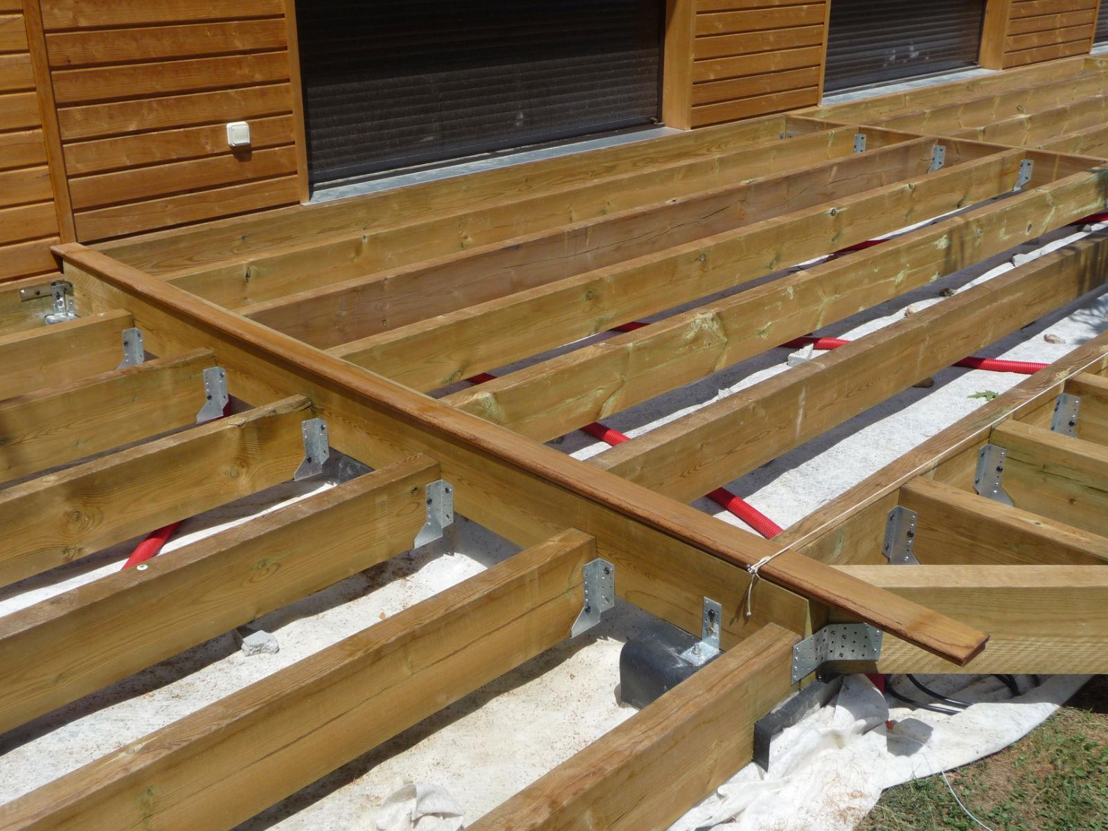 Construction D'Une Terrasse En Bois: Pose Des Lames De Bois pour Construire Auvent De Terrasse En Bois