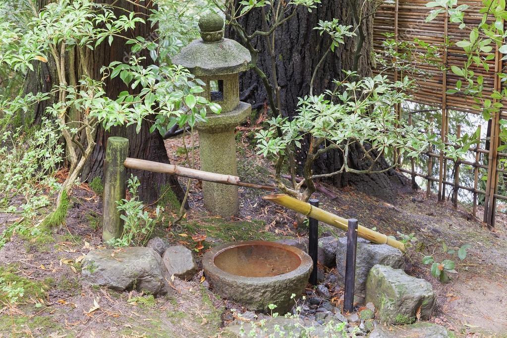 Fontaine Tsukubai Et Lanterne De Pierre Dans Le Jardin tout Fontaine Jardin Japonais