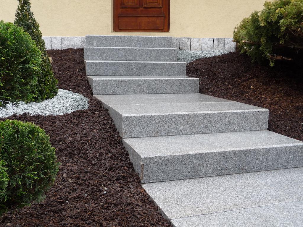 Gros Plan Sur Escalier En Blocs Marches Granits à Aménagement Terrasse Devant Maison