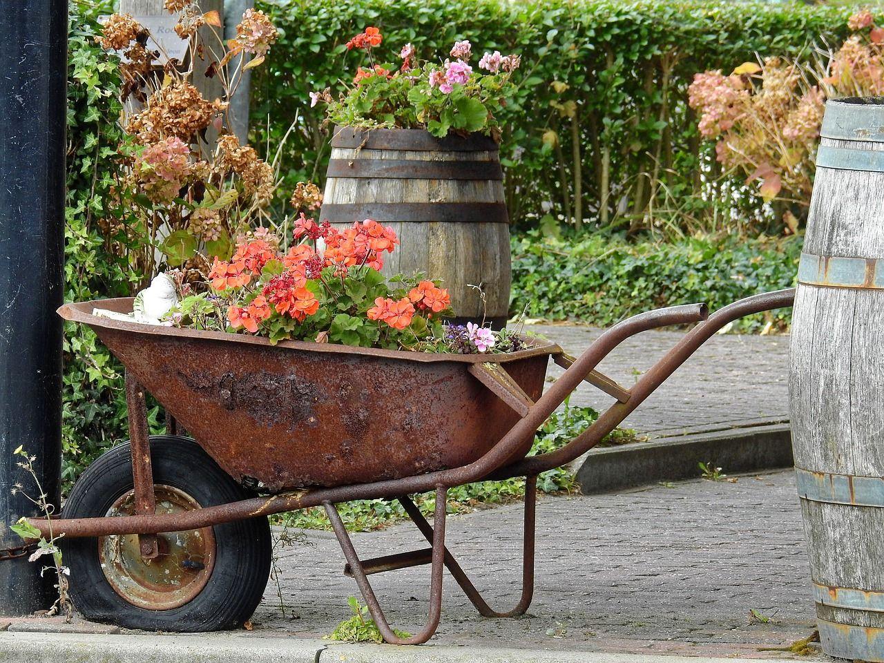 Instillez Un Esprit Factory Fleuri À Votre Jardin Avec concernant Brouette Deco Jardin