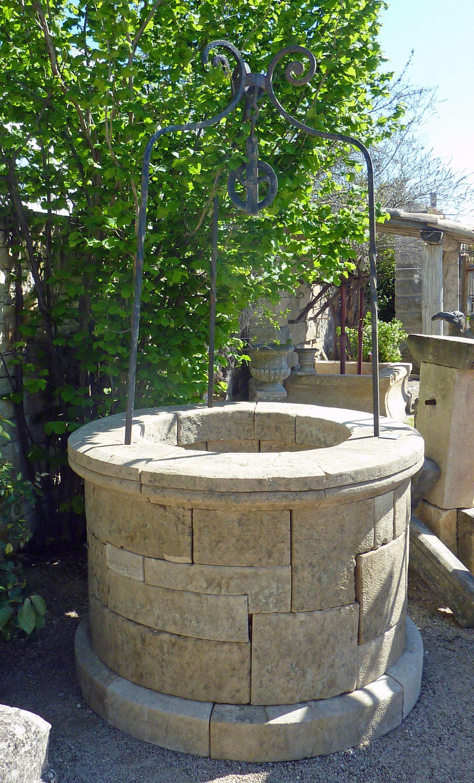 Puits De Jardin Avec Fût Circulaire Composé De Belles destiné Puit Decoratif Jardin