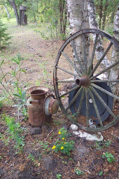 Rusty Milk Can And Wagon Wheel Free Stock Photo | Peinture dedans Charrette De Jardin