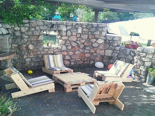 Salon-De-Jardin-En-Palette-Sur-Une-Terrasse-En-Pierre encequiconcerne Salon De Jardin En Pierre