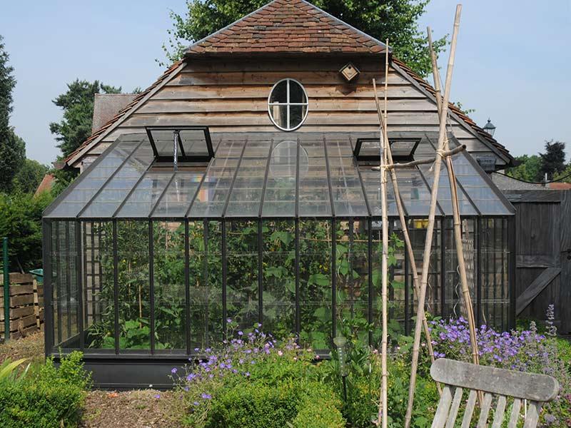 Serre De Jardin Murale En Fer Forgé Adossée À Une Annexe destiné Serre De Jardin Adossée
