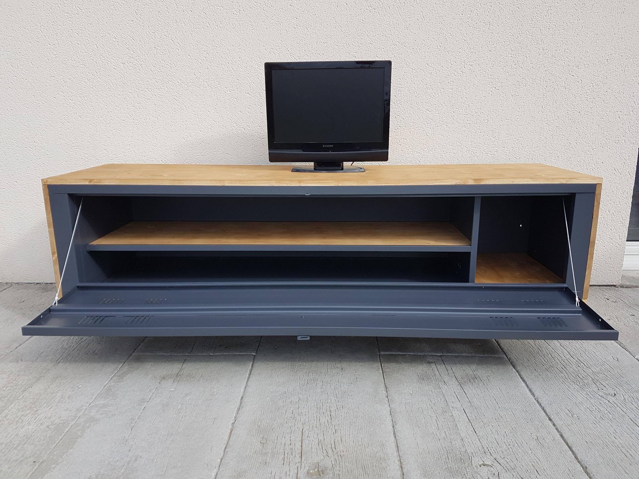 Vestiaire Metallique Transforme En Meuble Tv concernant Meuble Tv Métallique