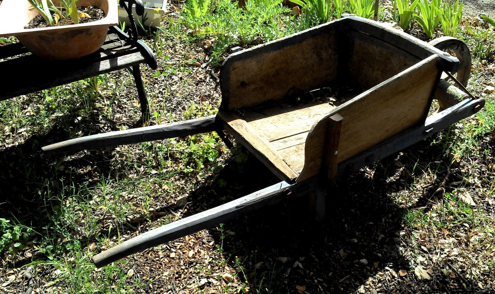 Www.didoulabrocante.fr: Ancienne Brouette En Bois De dedans Brouette Deco Jardin