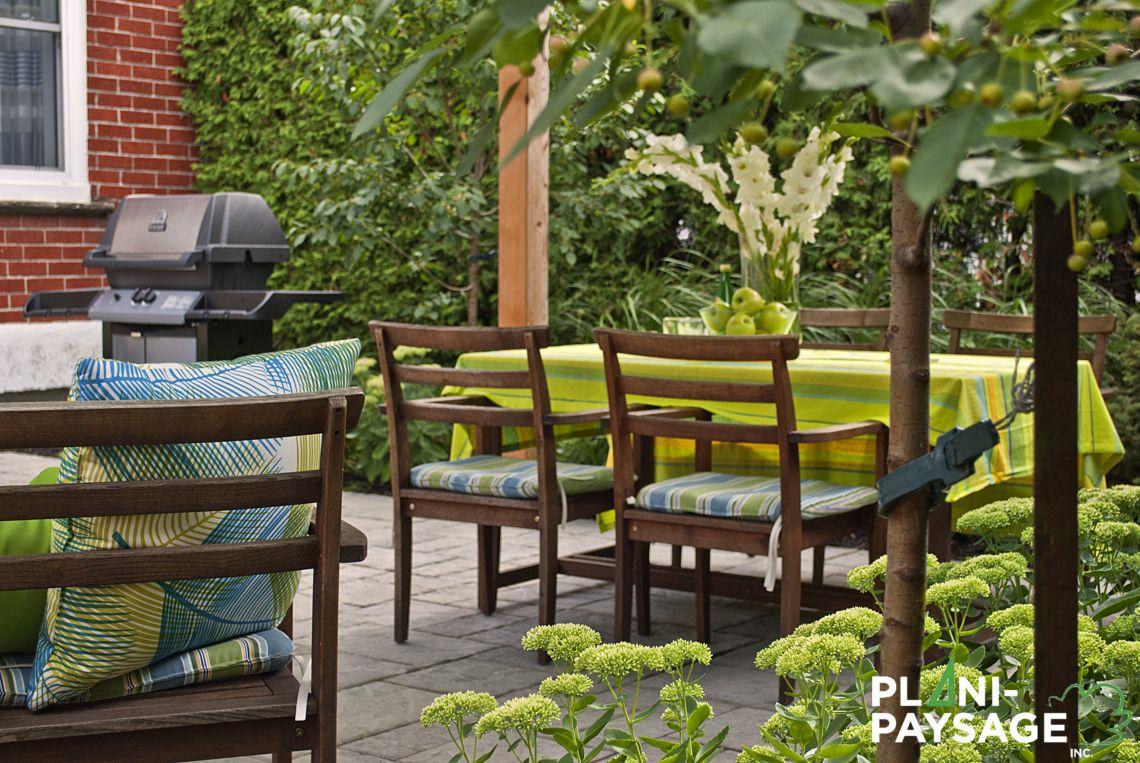 Repas Extérieur Dans Un Jardin De Ville - Plani-Paysage destiné Un Jardin En Ville