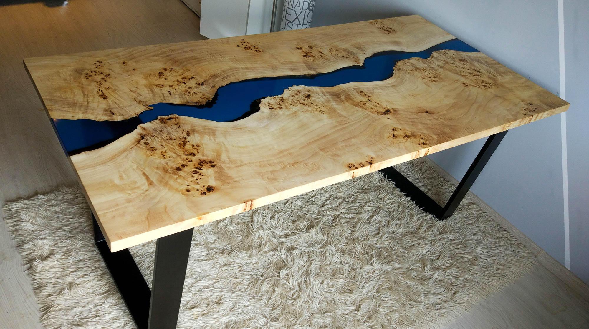 Table De Rivière Bleue Avec Incrustations De Résine Époxy serapportantà Table Bois Resine