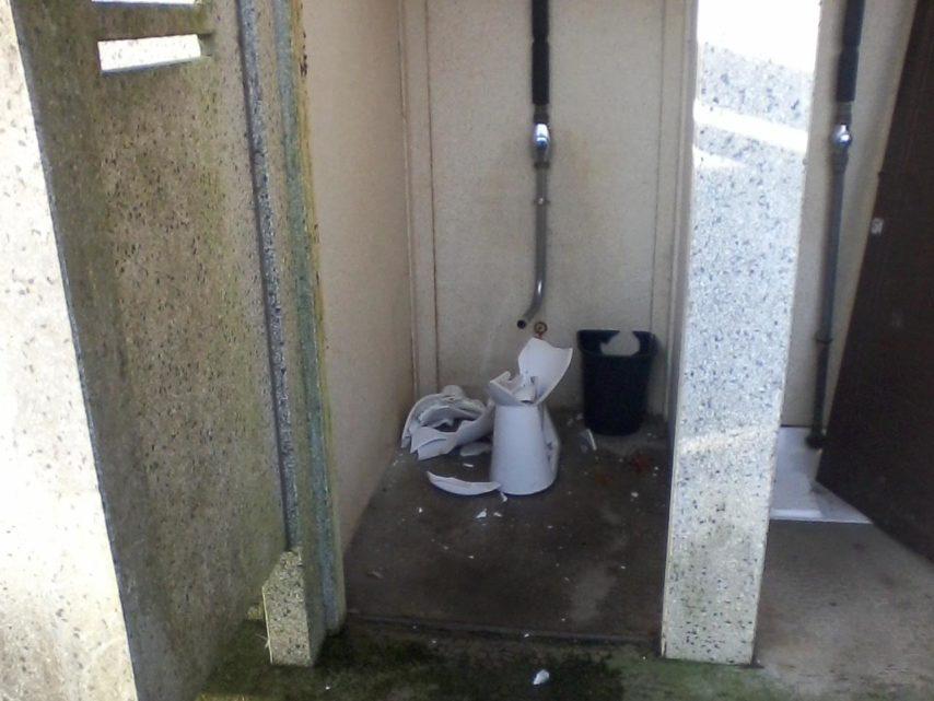 A Fougères, Il Bouche Les Toilettes Publiques Depuis Un An pour Toilette Sanibroyeur Bouché