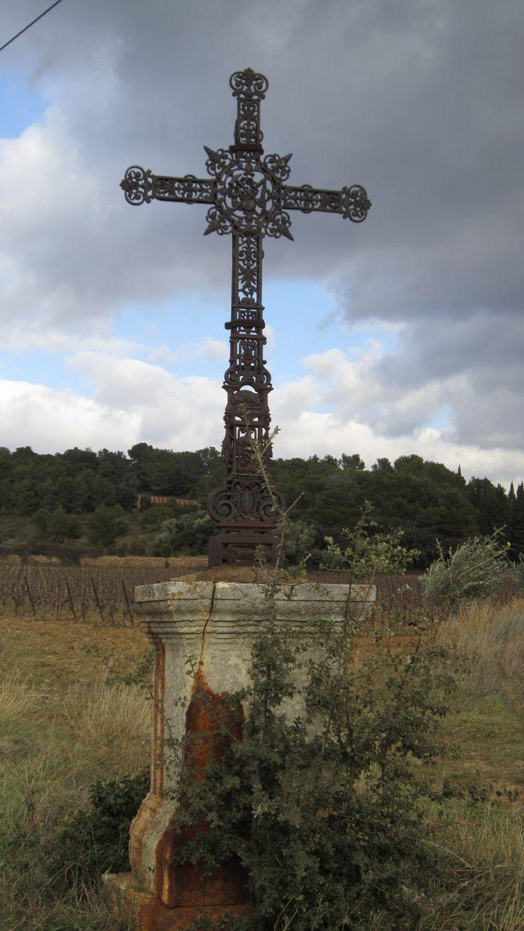 Croix De Pech Menel. Imposante Croix De Fer Forgé, Où Sont à Carrefour 7 Chemins