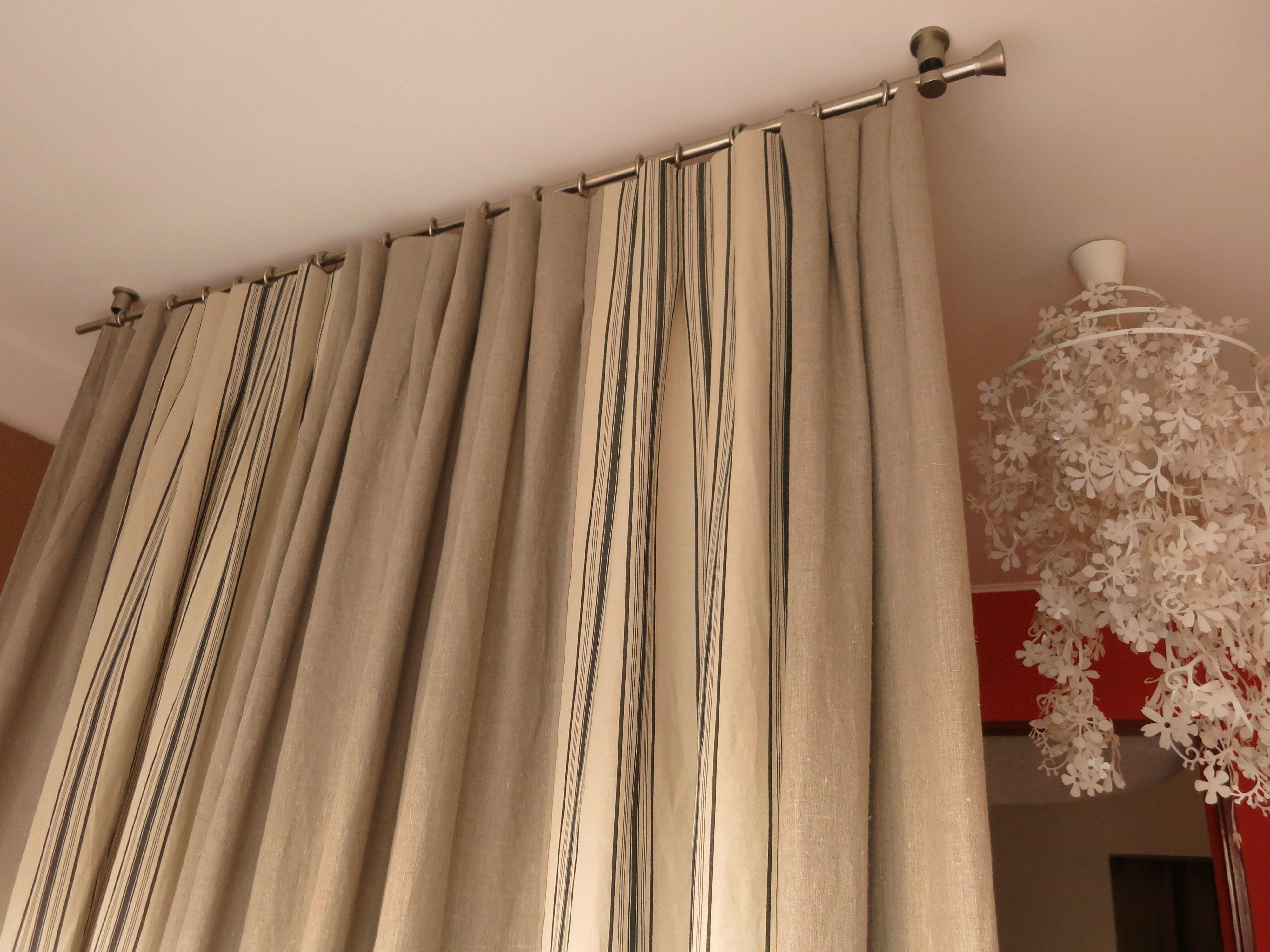 Dans Le Plafond ,Une Barre Nickel Mat Qui Supporte Des avec Rideau Et Voilage Sur Même Tringle