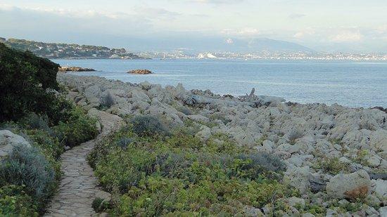 Le Sentier Du Cap D'Antibes Par La Plage De La Garoupe tout Chemin Du Puy Antibes