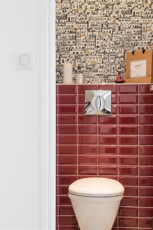 Red Tiles And Unusual Wallpaper Toilets | Carrelage Rouge intérieur Porte Papier Toilette Rouge