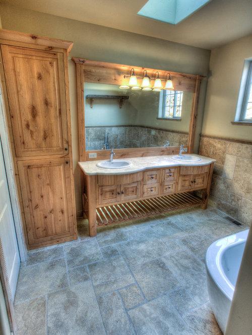 Salle De Bain Avec Un Plan De Toilette En Granite Et Des encequiconcerne Placard De Toilette