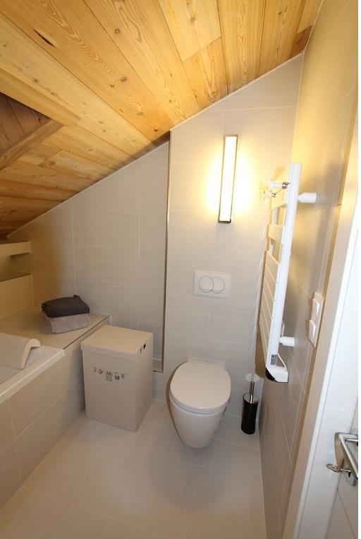Wc Dans La Salle De Bain Sous Combles Andralena Photo N°60 pour Toilette Sous Escalier