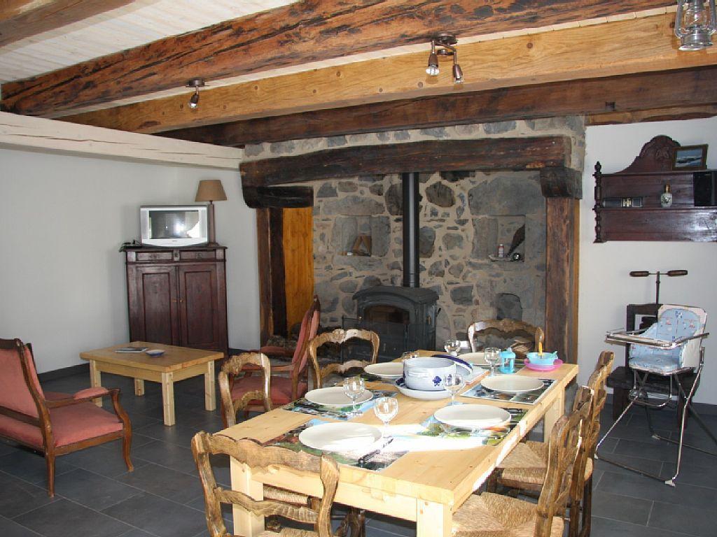 Location Vacances Gîte La Tour D'Auvergne: Le Salon/Salle intérieur Cheminée Rénovée